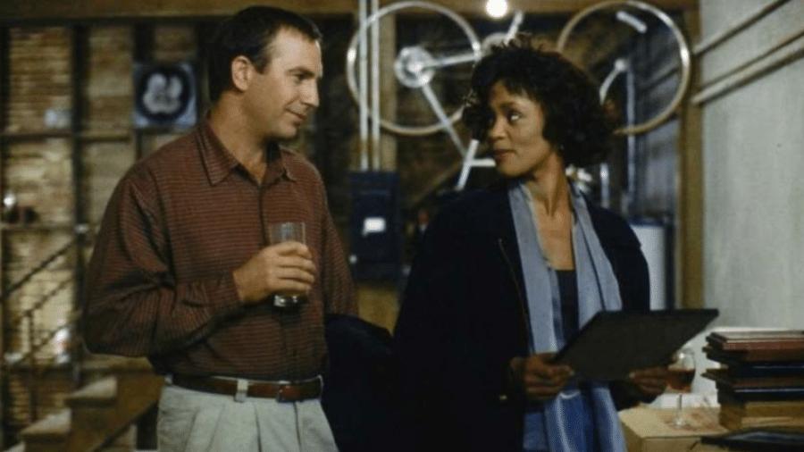 """Whitney Houston e Kevin Costner em cena de """"O Guarda-Costas"""" - Reprodução"""