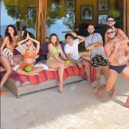 """Bruna Marquezine mostra amigos reunidos na ilha secreta das """"fadas sensatas"""" do BBB 20 - Reprodução/Instagram"""