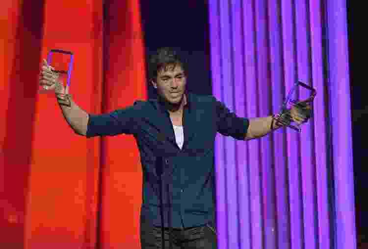 30.04.2015 - Enrique Iglesias com dois dos seus troféus do Billboard Latin Music Awards - Rodrigo Varela/Getty Images - Rodrigo Varela/Getty Images