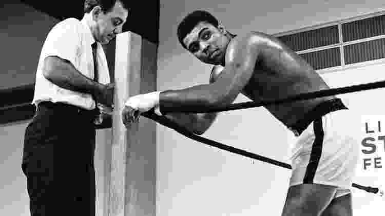 Muhammad Ali com seu treinador Angelo Dundee, em 1967 - ACTION IMAGES/REUTERS - ACTION IMAGES/REUTERS