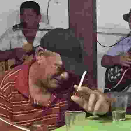 Homem bebendo na mesa do bar - Reprodução / Twiiter / @brauliobessa - Reprodução / Twiiter / @brauliobessa