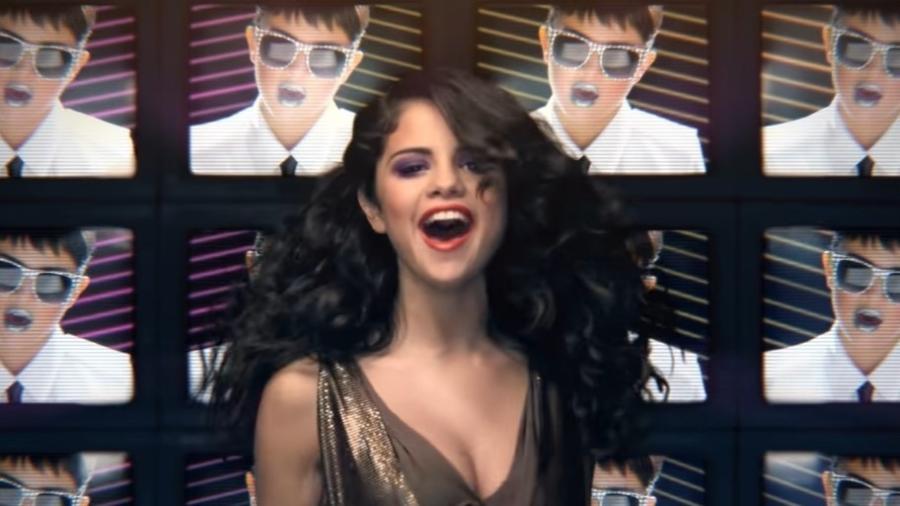 """Selena Gomez no clipe de """"Love You Like A Love Song"""" - Reprodução/YouTube"""