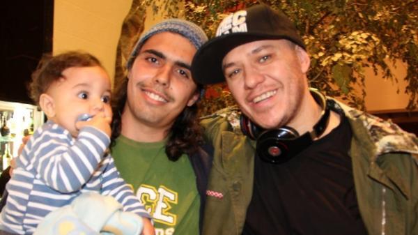 Bruno Souza, o Perna, e Chorão, com o primeiro filho de Bruno, Samuel