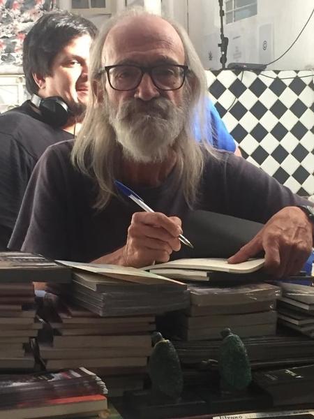 """O poeta Eduardo Ramos Gianetti no lançamento de """"Zoobreviver"""", em 2018 - Divulgação"""