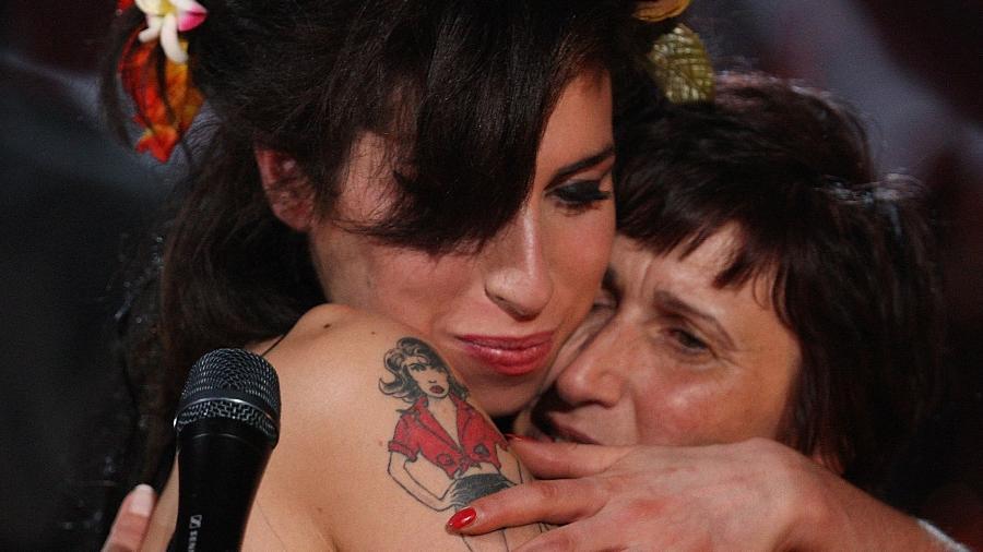 Amy Winehouse abraçando a mãe, Janis Winehouse, depois de receber um Grammy - Getty Images para NARAS