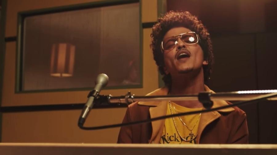 Peter Gene Hernandez (Honolulu, 8 de outubro de 1985), mais conhecido pelo nome artístico Bruno Mars é um cantor, compositor, produtor musical, dançarino e multi-instrumentista americano, nascido e criado no Havaí.  Vindo de uma família com uma grande tradição musical, Mars começou a cantar e a se apresentar como um artista amador durante a infância. Depois de se formar no Ensino Médio, decidiu mudar-se para Los Angeles, na Califórnia, com o objetivo de investir cada vez mais em sua carreira musical. Em Los Angeles, ele formou a equipe de produtores The Smeezingtons, ao lado de Philip Lawrence e Ari Levine, trabalhando para a Motown Records.