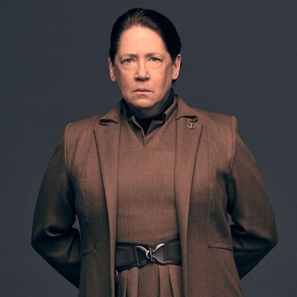 Ann Dowd é a tia Lydia em 'The Handmaid's Tale'