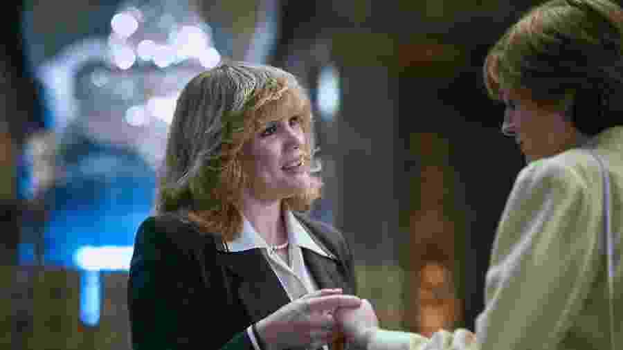 """Camilla Parker Bowles (Emerald Fennell) conhece Diana (Emma Corrin) em cena de """"The Crown"""" - Divulgação"""