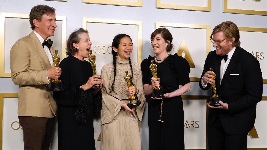 """Peter Spears, Frances McDormand, Chloe Zhao, Mollye Asher e Dan Janvey comemoram o Oscar de melhor filme para """"Nomadland"""" - Chris Pizzello-Pool/Getty Images"""
