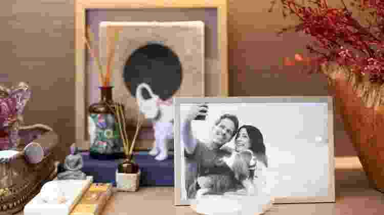 No porta-retratos, Ana e o marido - Mayra Azzi/UOL - Mayra Azzi/UOL