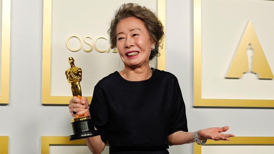 Yuh-Jung Youn com sua estatueta de melhor atriz coadjuvante - Chris Pizzello-Pool/Getty Images