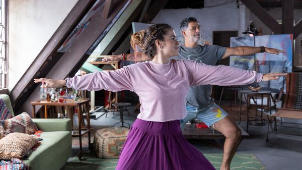 Vicenza (Maisa Silva) desconfia que Paco (Eduardo Moscovis) pode ser o seu pai em 'Pai em Dobro)