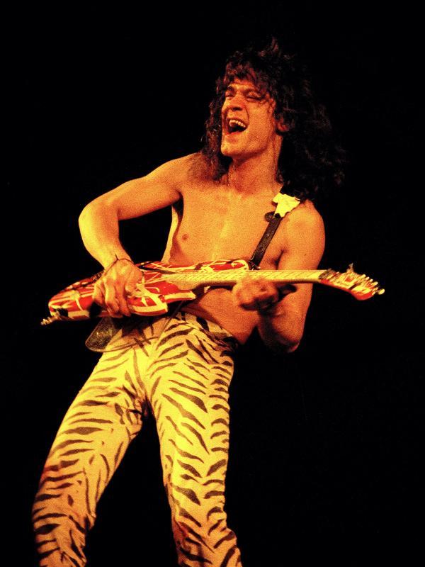 Eddie Van Halen em show da banda em San Diego, na Califórnia, em 1984