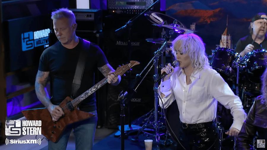 Miley Cyrus e James Hetfield, do Metallica, juntos em apresentação - Reprodução / Youtube