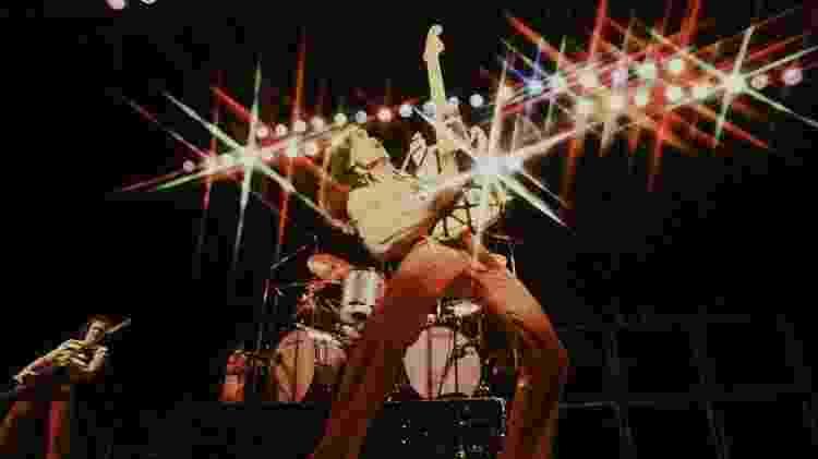 Eddie Van Halen toca guitarra em um show em Tóquio, em 1978. - Koh Hasebe/Shinko Music/Getty Images - Koh Hasebe/Shinko Music/Getty Images