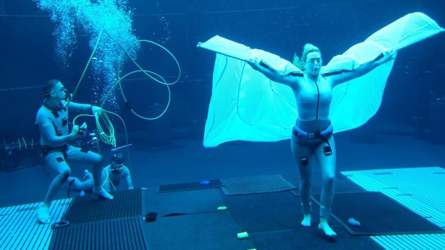 """Kate Winslet em cena de bastidores de """"Avatar"""" - Reprodução / Twitter"""