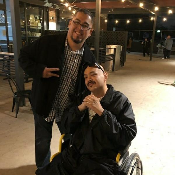 O comediante Joe El Cholo (dir) ao lado de um amigo