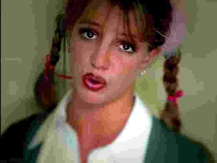 """Britney Spears em cena do clipe """"Baby One More Time"""", seu primeiro sucesso, aos 17 anos - Reprodução/YouTube - Reprodução/YouTube"""