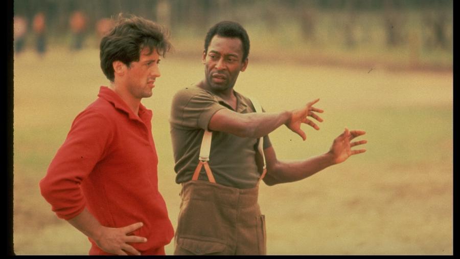 """Sylvester Stallone e Pelé durante as gravações do filme """"Fuga para a Vitória"""" (1981) - John Bryson / The LIFE Images Collection via Getty Images"""