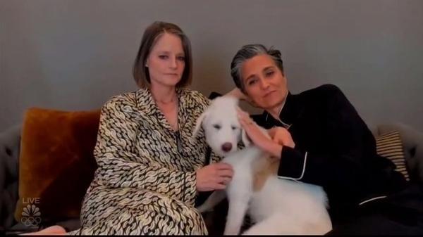 Pet e pijama: Jodie Foster e a mulher, Alexandra Hedison, não podiam estar mais à vontade