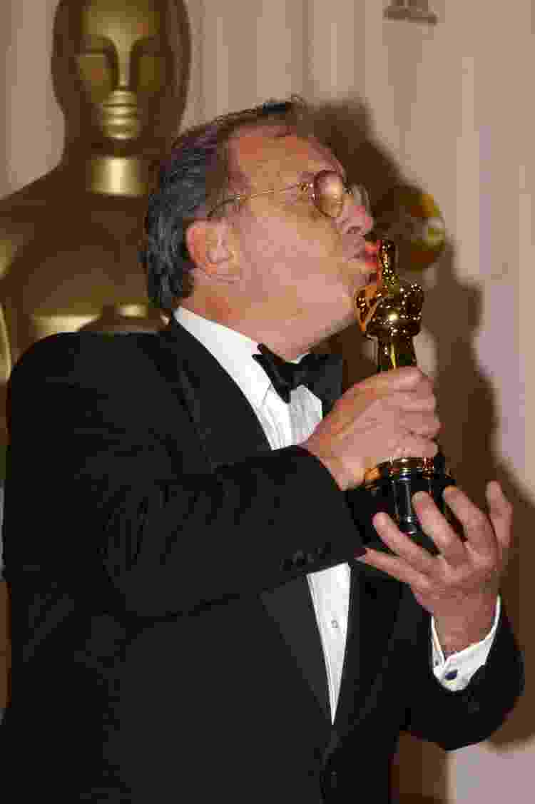 23.03.2003 - Ronald Harwood com o seu Oscar de melhor roteiro adaptado por 'O Pianista' - Jeff Kravitz/FilmMagic, Inc - Jeff Kravitz/FilmMagic, Inc
