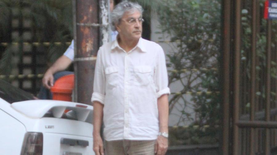 Caetano se prepara para atravessar a rua no bairro carioca ao lado de um Kadett branco com aerofólio na famosa foto de 2011 - Fausto Candelaria/AgNews