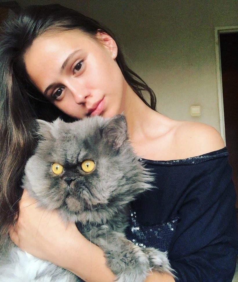 Bakalova com seu gatinho fofo -- e um pouco assustado, é verdade - Reprodução/Instagram