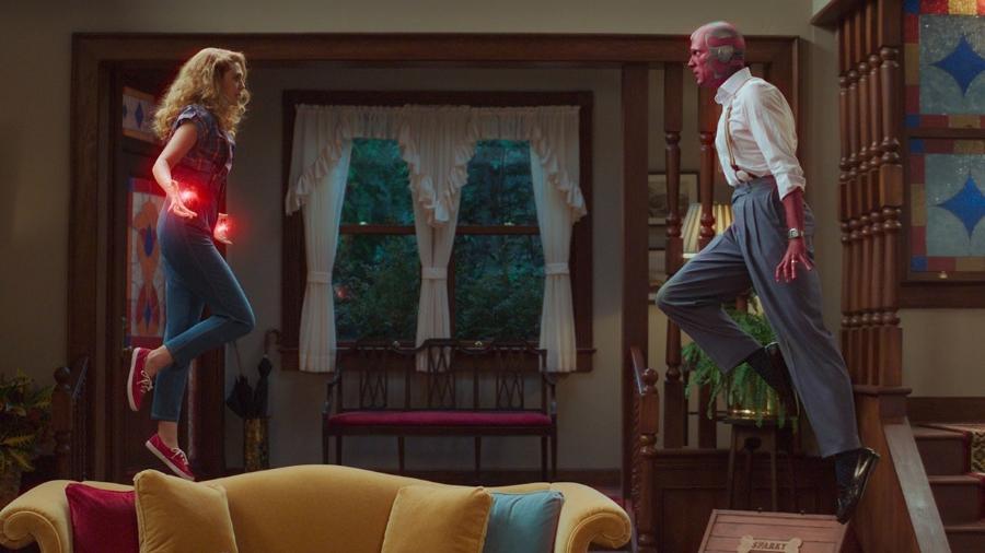 """Wanda (Elizabeth Olsen) e Visão (Paul Bettany) em """"WandaVision"""" - Divulgação"""