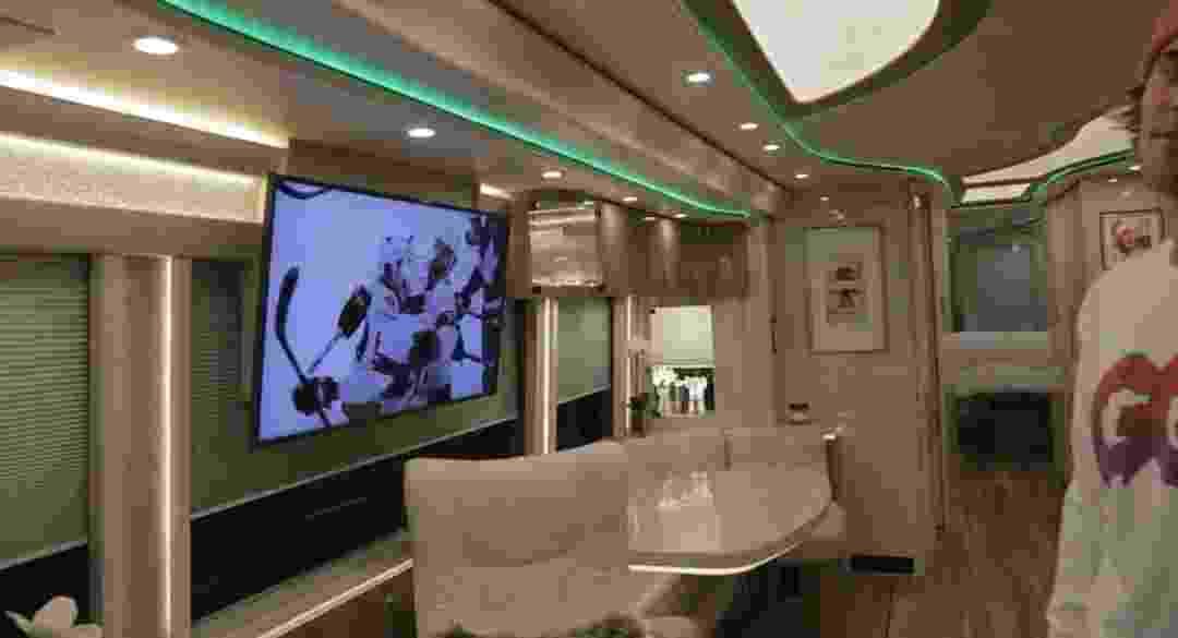 Sala do ônibus luxuoso de Justin Bieber - Reprodução/GQ Magazine