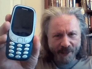 Bruce Dickinson mostrou seu 'smartphone' em entrevista ao canal Planet Rock - Reprodução / Youtube - Reprodução / Youtube