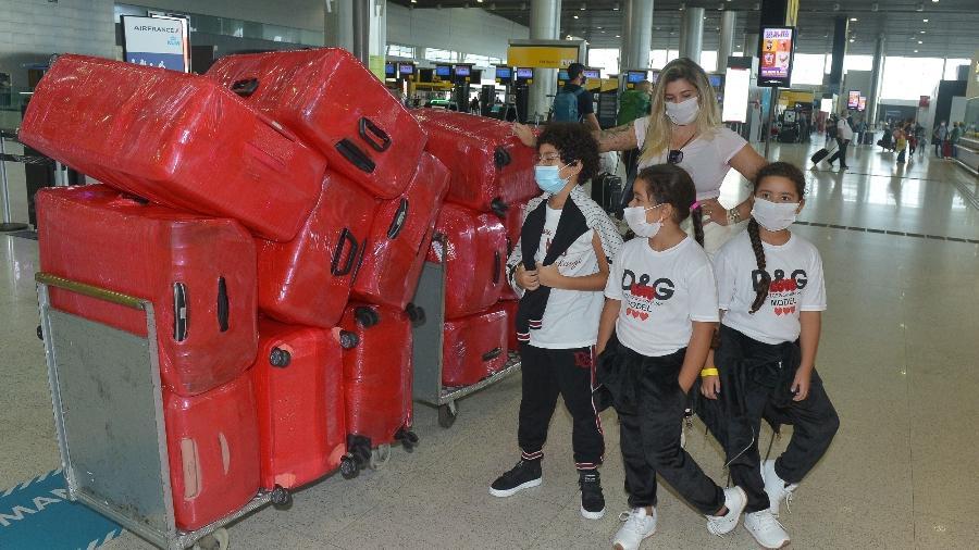 Dani Souza no aeroporto de Guarulhos (SP) com suas muitas malas e os filhos  - Francisco Cepeda / AgNews