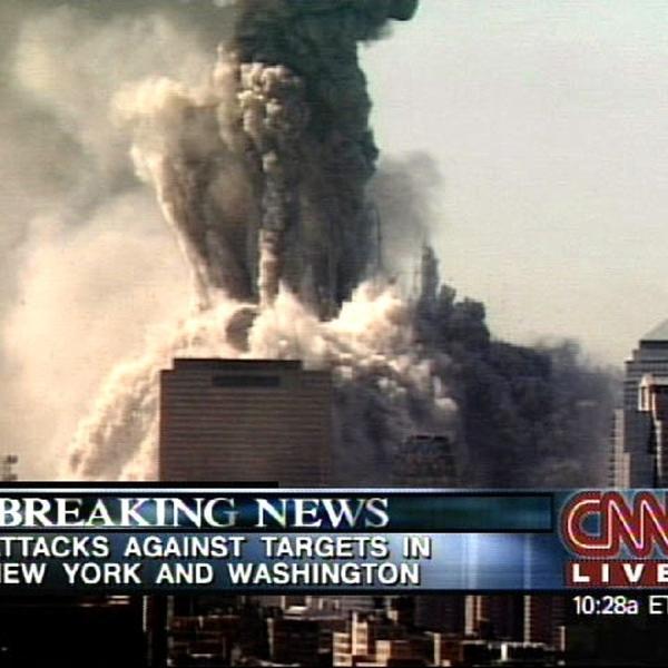 CNN exibe imagens do World Trade Center desabando após ataques terroristas do 11 de Setembro