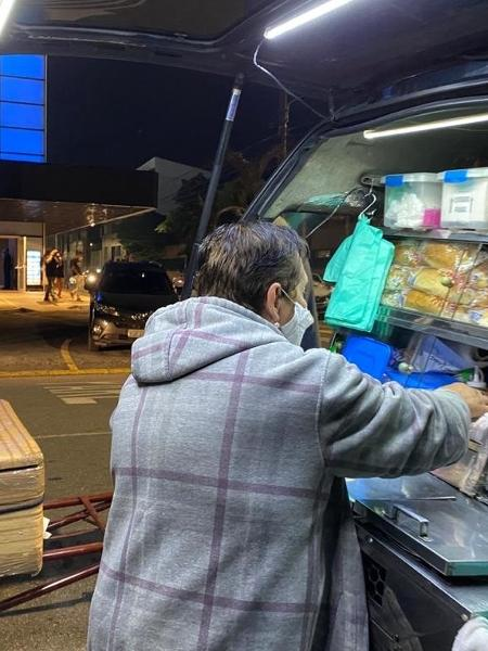 Retired Vanice Aparecida sells hot dogs in front of a concert hall in SP - Guilherme Lucio da Rocha / UOL - Guilherme Lucio da Rocha / UOL