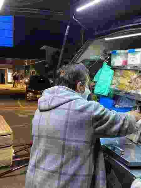 A aposentada Vanice Aparecida vende hot dog em frente a casa de shows em SP - Guilherme Lucio da Rocha / UOL - Guilherme Lucio da Rocha / UOL