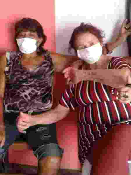 De máscara, Lourdes Barreto (mostrando a tatuagem no antebraço) participa de um encontro promovido pelo Gempac (Grupo de Mulheres Prostitutas do Estado do Pará) - Arquivo Pessoal - Arquivo Pessoal