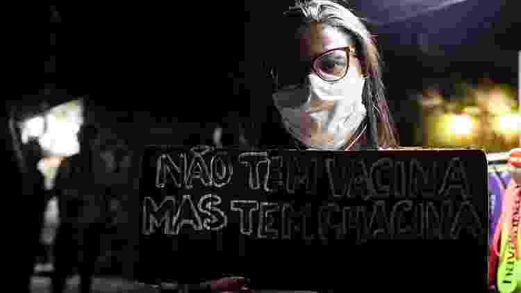 'Não tem vacina mas tem chacina': manifestante protesta um dia após a chacina no Jacarezinho, que matou 28 pessoas - Fabiana Batista/UOL - Fabiana Batista/UOL