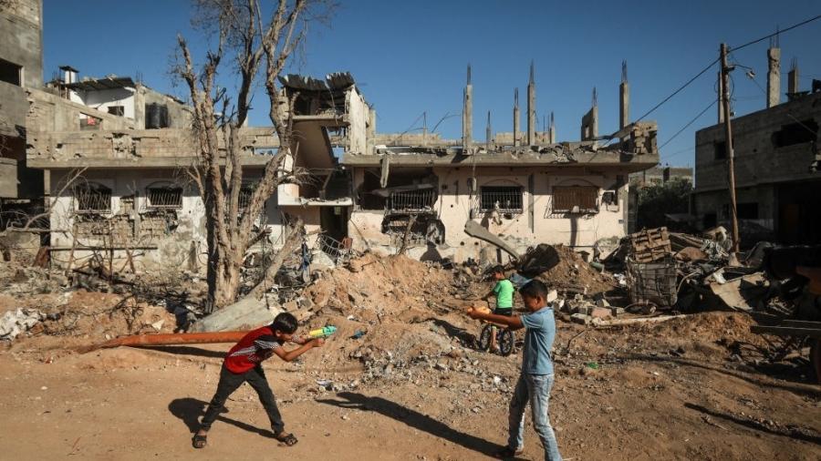 Crianças palestinas brincam em área bombardeada ao norte da Faixa de Gaza - Majdi Fathi/NurPhoto via Getty Images