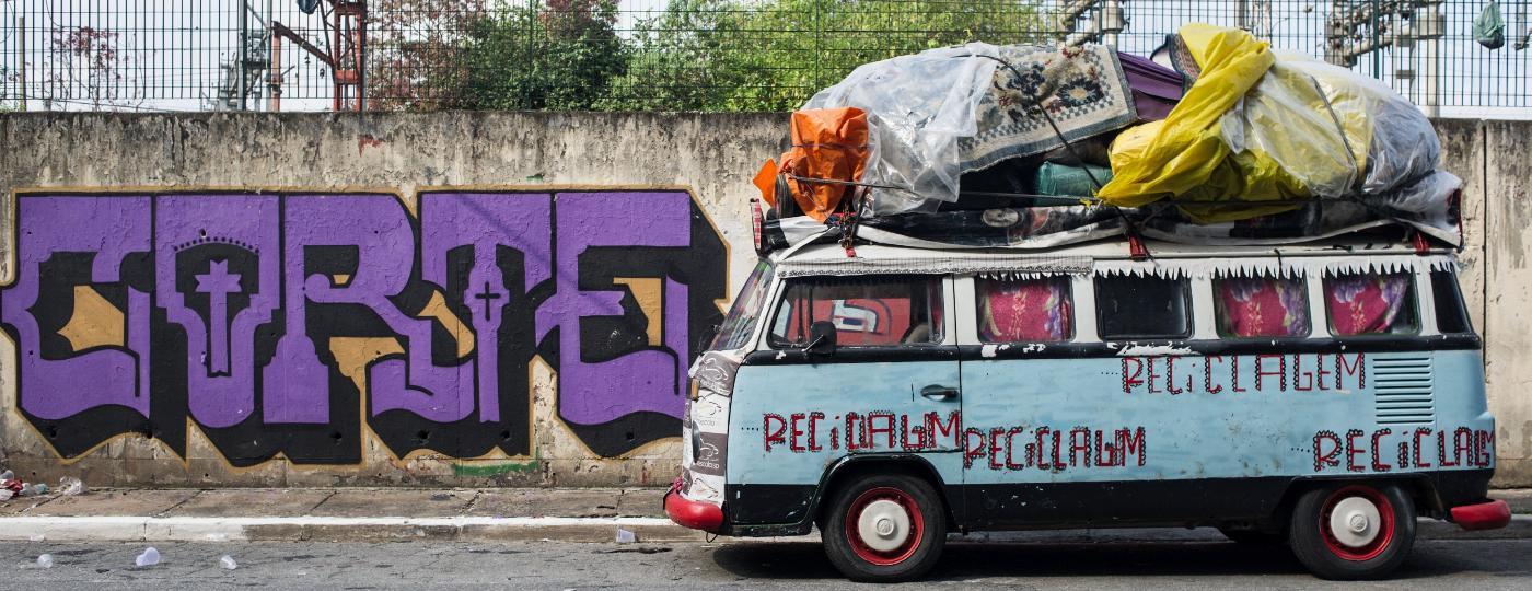 """Ação da Prefeitura visa retirar pessoas que moram em veículos na Rua Domingos Paiva, no Brás. Grande parte das pessoas trabalham com reciclagem. """"São pessoas boas que deixam a rua melhor"""", comenta uma comerciante que trabalha no mesmo local - Reinaldo Canato/UOL"""