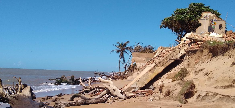 Um dos pontos mais críticos de erosão em Atafona (RJ): o fenômeno produziu imagens impressionantes - Mariana Costa/UOL