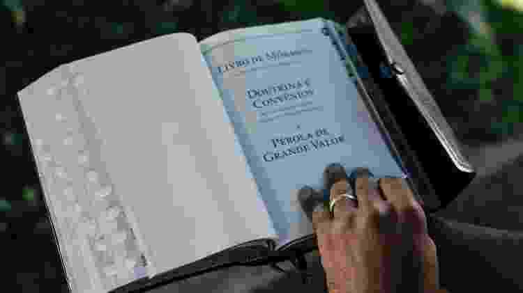 Alexsandro Barbosa exibe aliança de casamento, mas mantém os preceitos da religião à margem da igreja - Filipe Redondo/UOL - Filipe Redondo/UOL