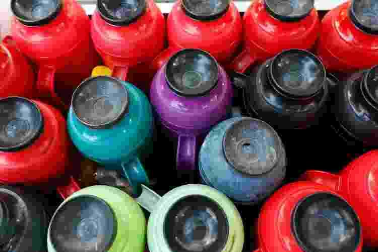 Garrafas de café, à venda em carrinhos tunados de Salvador - Rafael Martins/UOL - Rafael Martins/UOL