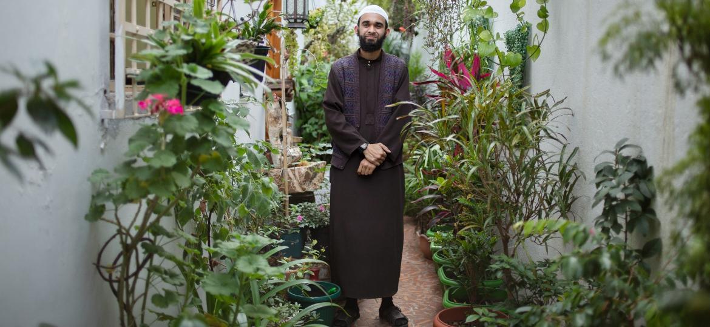 Imã Abdullah no jardim da parte externa da mesquita, criado no início da pandemia - Camila Svenson/UOL