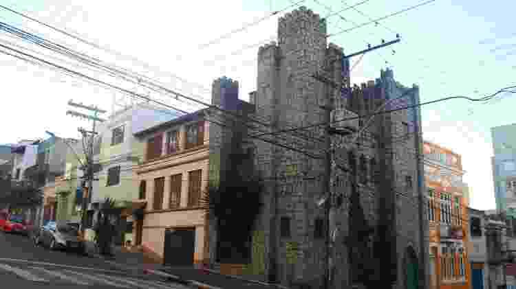 Casarão em tom alaranjado foi construído em 1905. Atualmente, é a residência dos donos do Castelinho - Luciano Nagel - Luciano Nagel
