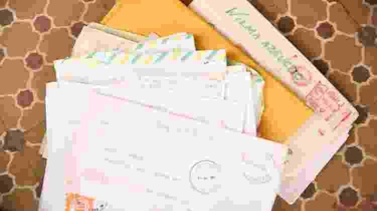 Wilma Azevedo mostra cartas - Iwi Onodera/UOL - Iwi Onodera/UOL