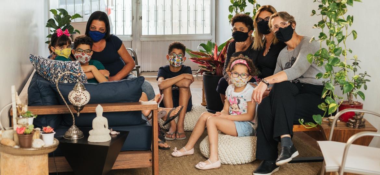 O casal Cláudia Fernandez e Bárbara Sampaio com os cinco filhos e Maria das Graças Ramos, que trabalha na casa da família, em SP - Pryscilla K./UOL