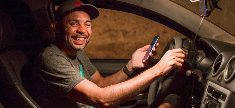 """PsicoDriver, o motorista de aplicativo que faz """"livestream"""" de suas corridas no Rio - Matias Maxx/UOL"""