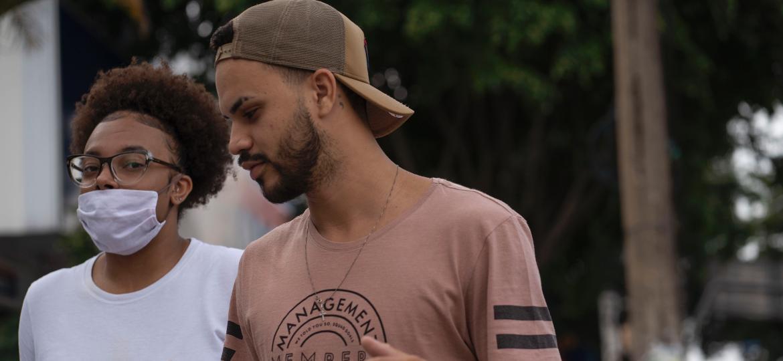 Em Taboão da Serra, na Grande São Paulo, casal anda sem a proteção adequada para um cruzamento de grande movimento - André Porto/UOL