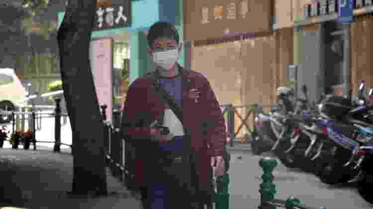 Homem caminha pelas ruas de Macau, província chinesa - Macau Photo Agency/Unsplash - Macau Photo Agency/Unsplash