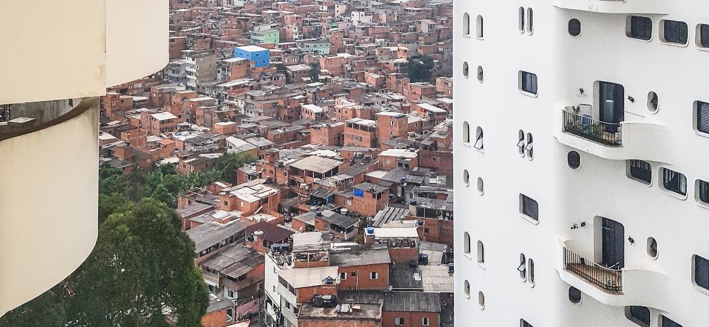 Vista da favela de Paraisópolis a partir de prédio de alto padrão, no bairro paulistano do Morumbi - Inês Bonduki/UOL