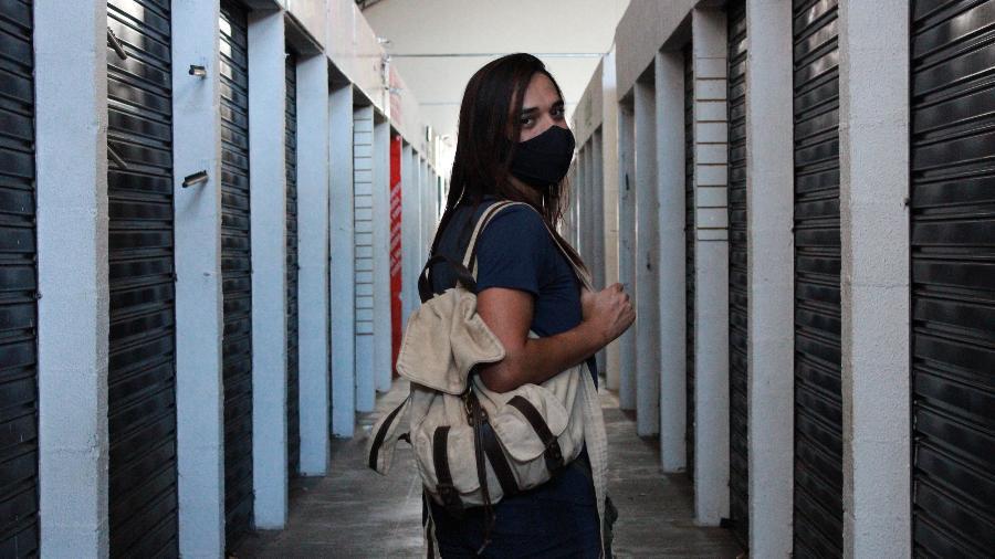 Isabelly, 31, trabalha no banheiro feminino do Shopping Popular - Bibiana Belisário/UOL